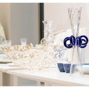 AD designer borek sipek firma un bicchiere in vetro soffiato per driade